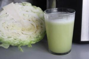 Với trẻ trong khoảng 3 tháng trở đi, nước bắp cải trắng tốt cho nướu, có thể làm sạch miệng