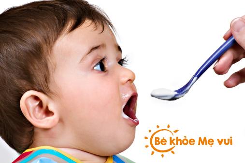 Mẹ không cần nêm muối vào thực đơn của bé dưới 1 tuổi