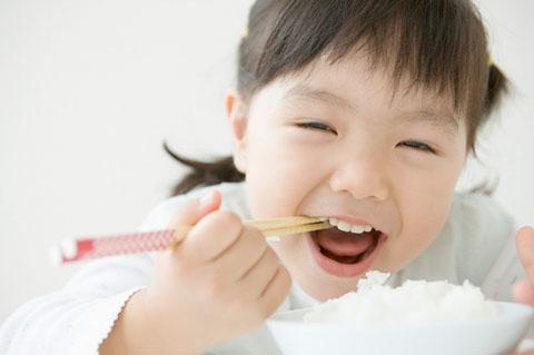 Cách chăm sóc trẻ lười ăn : Cách nào đúng ?