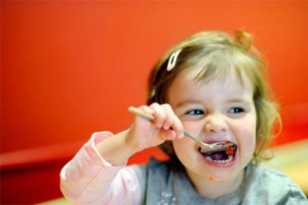 Mẹo nhỏ tập cho bé tự xúc ăn