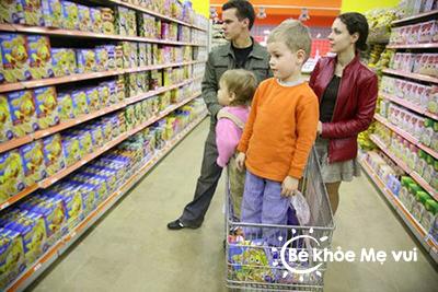 Cẩn trọng khi cho bé cùng đi siêu thị