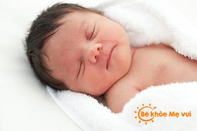 Để trẻ sơ sinh không bị méo đầu
