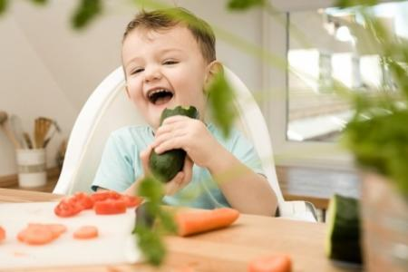Để trẻ không quậy phá trong bữa ăn