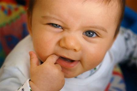 Giúp bé xoa dịu cơn đau khi mọc răng - Bé khỏe mẹ vui