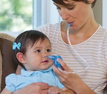 sử dụng dụng cụ hút mũi cho con