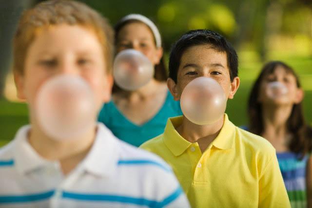Mối nguy hiểm không lường của kẹo cao su với trẻ nhỏ
