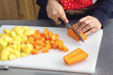 Nấu ăn cho trẻ: 6 lỗi 'khổ lắm nói mãi'