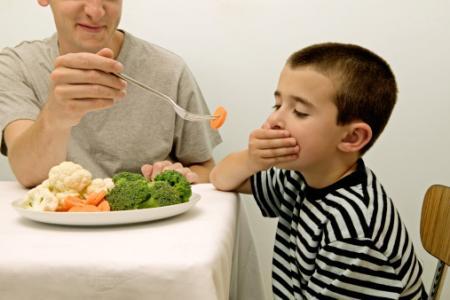 Mách nhỏ bố mẹ cách tập cho trẻ ăn rau