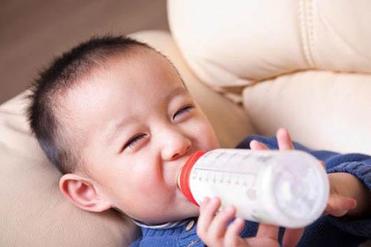 Khi nào có thể cho con uống sữa tươi?