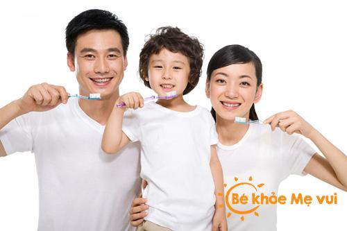 Bố mẹ nên làm gì khi con mọc răng ?