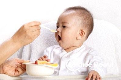 Chế độ dinh dưỡng cho bé sơ sinh
