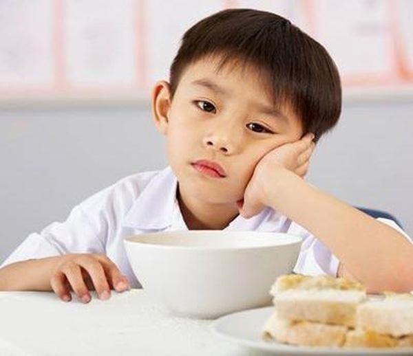 bé 1 tuổi biếng ăn thờ ơ thức ăn