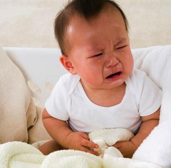 bé bị rối loạn tiêu hóa quấy khóc