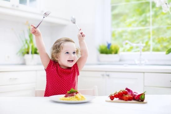 khi trẻ biếng ăn vui vẻ ăn trở lại