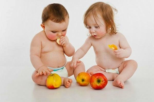 trẻ bị đầy bụng khó tiêu ăn táo chữa trị