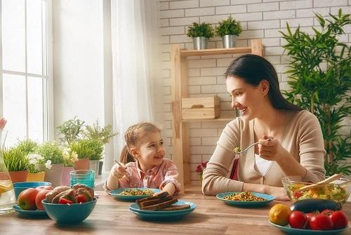 khi trẻ biếng ăn mẹ nên ăn cùng bé