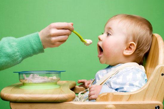 Mẹ cần làm gì để cung cấp dinh dưỡng cho bé biếng ăn