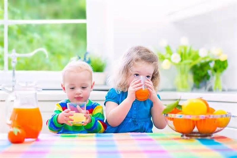 uống nước hoa quả cũng là 1 cách trị táo bón cho trẻ
