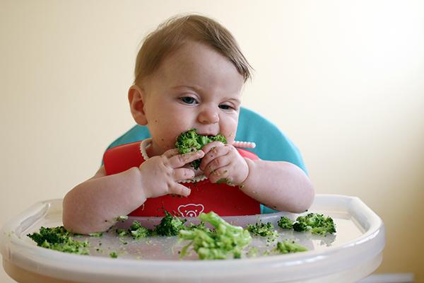 bổ sung rau vào thực đơn trị táo bón ở trẻ sơ sinh