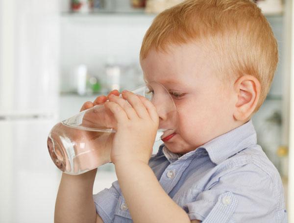 uống đủ nước giúp chữa táo bón cho trẻ