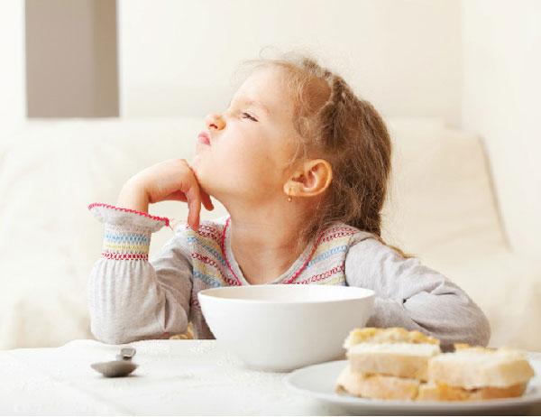 mẹ nên làm gì khi trẻ biếng ăn 1