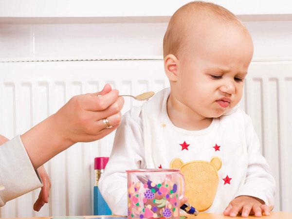 mẹ lo lắng khi trẻ biếng ăn